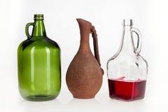 Jarro del vidrio verde, jarro de cristal blanco, jarro de cerámica Imagen de archivo libre de regalías