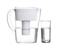 Jarro do filtro de água com o vidro da agua potável isolado no branco foto de stock royalty free