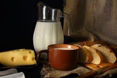 Jarro do leite, do queijo e do pão em um estilo rústico Imagem de Stock Royalty Free