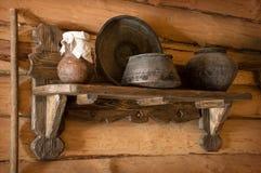 Jarro e bacia de cobre na prateleira de madeira Foto de Stock Royalty Free