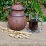 Jarro e caneca de kvass Fotografia de Stock Royalty Free