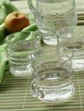 Jarro e vidros com água e a maçã Fotografia de Stock Royalty Free