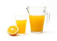 Jarro enchido com o suco de laranja Fotografia de Stock Royalty Free