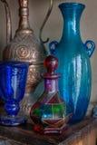 Jarro oriental velho e garrafas azuis Fotos de Stock