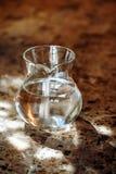 Jarro transparente com dois litros da água potável Foto de Stock Royalty Free