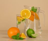Jarro, vidrio con la bebida, anaranjada imágenes de archivo libres de regalías