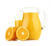 Jarro, vidrio de zumo de naranja y frutas anaranjadas Fotografía de archivo