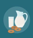 Jarro, vidrio y galletas de leche Imagen de archivo libre de regalías