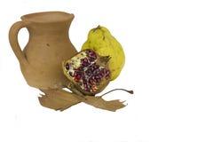 Jarro y fruta de la loza de barro Imagen de archivo libre de regalías