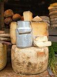 Jarro y queso viejos de leche imagenes de archivo