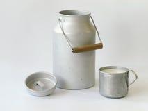 Jarro y taza antiguos de leche Foto de archivo libre de regalías