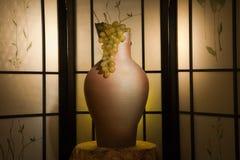Jarro y uva en un interior lujoso Fotografía de archivo libre de regalías