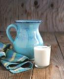 Jarro y vidrio de leche Foto de archivo