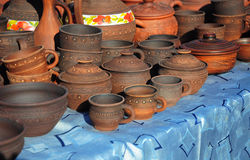 Jarros cerâmicos tradicionais na toalha decorativa Mostra da cerâmica cerâmica feito a mão em um mercado da borda da estrada com  fotos de stock