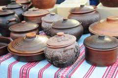 Jarros cerâmicos tradicionais na toalha decorativa Mostra da cerâmica cerâmica feito a mão fotos de stock royalty free