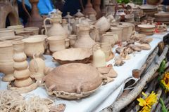 Jarros cerâmicos tradicionais na toalha decorativa Mostra da cerâmica cerâmica feito a mão foto de stock royalty free
