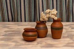 jarros da argila para ornamento e flores pequenas fotografia de stock