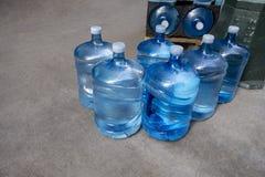 Jarros de água de 5 galões que estão sendo entregados à empresa ou aos residentes do bussness imagem de stock