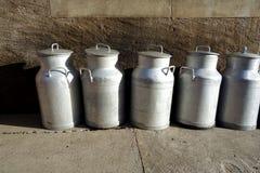 Jarros de leche del metal del viejo estilo foto de archivo libre de regalías