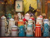 Jarros decorativos em uma loja Colmar do vintage, Alsácia, França imagens de stock royalty free