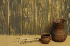 Jarros do produto de cerâmica e galhos exclusivos do vidoeiro na serapilheira áspera na perspectiva das placas de madeira velhas imagem de stock royalty free