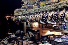 Jarros e placas coloridos da porcelana fotografia de stock royalty free