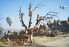 Jarros em uma árvore e em um vagão velho completamente de potenciômetros de argila Fotografia de Stock Royalty Free
