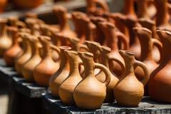 Jarros georgianos tradicionales de la arcilla para la venta en el pueblo Imágenes de archivo libres de regalías