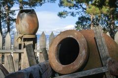 Jarros georgianos tradicionales para el vino en el carro Imagenes de archivo