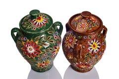 Jarros hechos a mano de cerámica decorativos coloridos adornados con las flores Fotografía de archivo