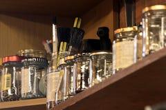 Jars av skruvar på en hylla Fotografering för Bildbyråer