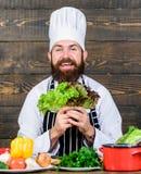 jarscy świezi sałatkowi warzywa Dieting żywność organiczna Kuchnia kulinarna vite brodaty szczęśliwy mężczyzna szefa kuchni przep zdjęcie royalty free