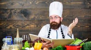 jarscy świezi sałatkowi warzywa Dieting żywność organiczna Kuchnia kulinarna vite poważny brodaty mężczyzna chef obrazy stock