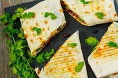 Jarscy burritos opakunki z fasolami, avocado i serem na łupku, obraz stock
