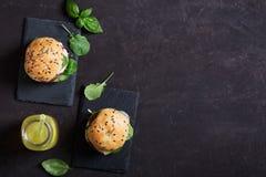 Jarscy hamburgery z świeżymi warzywami na ciemnym tle Domowej roboty lemoniada na stole Odgórny widok obraz royalty free