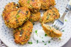 Jarscy quinoa, marchewki, kolendrowej i zielonej cebuli fritters, słuzyć z jogurtem, horyzontalnym Zdjęcie Stock