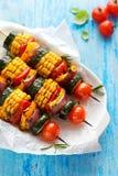 Jarscy skewers z organicznie warzywami na białym talerzu Zdjęcie Stock
