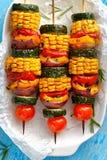 Jarscy skewers z organicznie warzywami na białym talerzu Zdjęcia Royalty Free