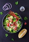Jarska couscous sałatka, avocado, pomidory, czerwona cebula z oliwa z oliwek i pietruszka, zdjęcia royalty free