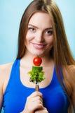 Jarska dziewczyny mienia sterta warzywa Zdjęcie Stock
