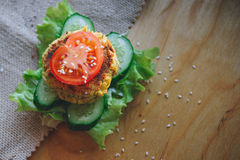 Jarska kanapka z chickpeas soczewicy cutlet, ogórkiem, świeżą sałatą i pomidorem, Kropi z sezamowymi ziarnami Obrazy Stock
