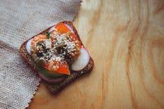 Jarska kanapka z pomidorami i warzywami na drewnianym tle Zdjęcia Royalty Free