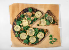 Jarska pizza na drewnianej deski zakończeniu up na białym tle Zdjęcie Royalty Free