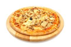Jarska pizza z karczochem na drewnianym talerzu Fotografia Royalty Free