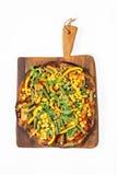 Jarska pizza z korzennym kumberlandem, francuską fasolą, marchewkami i oreg, Fotografia Royalty Free