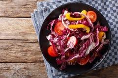Jarska sałatka radicchio, pomidory i pieprzowy zbliżenie, Hori Zdjęcia Royalty Free