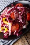 Jarska sałatka radicchio, pomidory i pieprzowy zbliżenie, Vert Obrazy Royalty Free