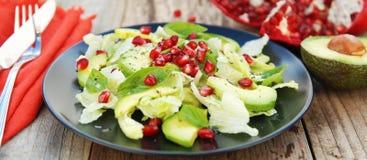 Jarska sałatka z avocado, zieleniami, liśćmi, granatowem i letuce liśćmi, Drewniany wieśniaka stół zdjęcia stock