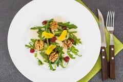 Jarska sałatka z bonkretą, arugula i orzechami włoskimi, Obraz Royalty Free