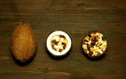 Jarska sałatka z kokosowymi goleniami i dokrętkami w kokosowym pucharze na drewnianym tle Pojęcie smakowity i zdrowy posiłek, zdjęcie stock